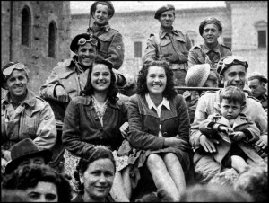 Deuxieme guerre mondiale (1939-1945) : deux jeunes femmes italiennes avec un enfant posent sur un char dont l'equipage est polonais lors de la liberation de la ville de Bologne en Italie par les troupes alliees. Photographie du 25 avril 1945. ©Usis-Dite/Leemage